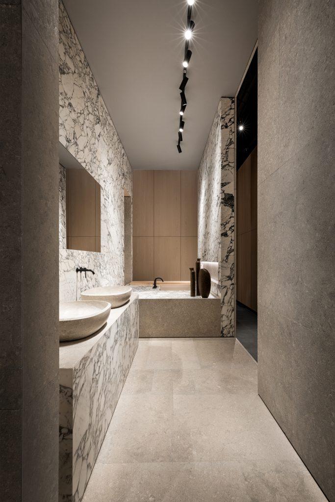 salle de bain lumineuse avec marbre