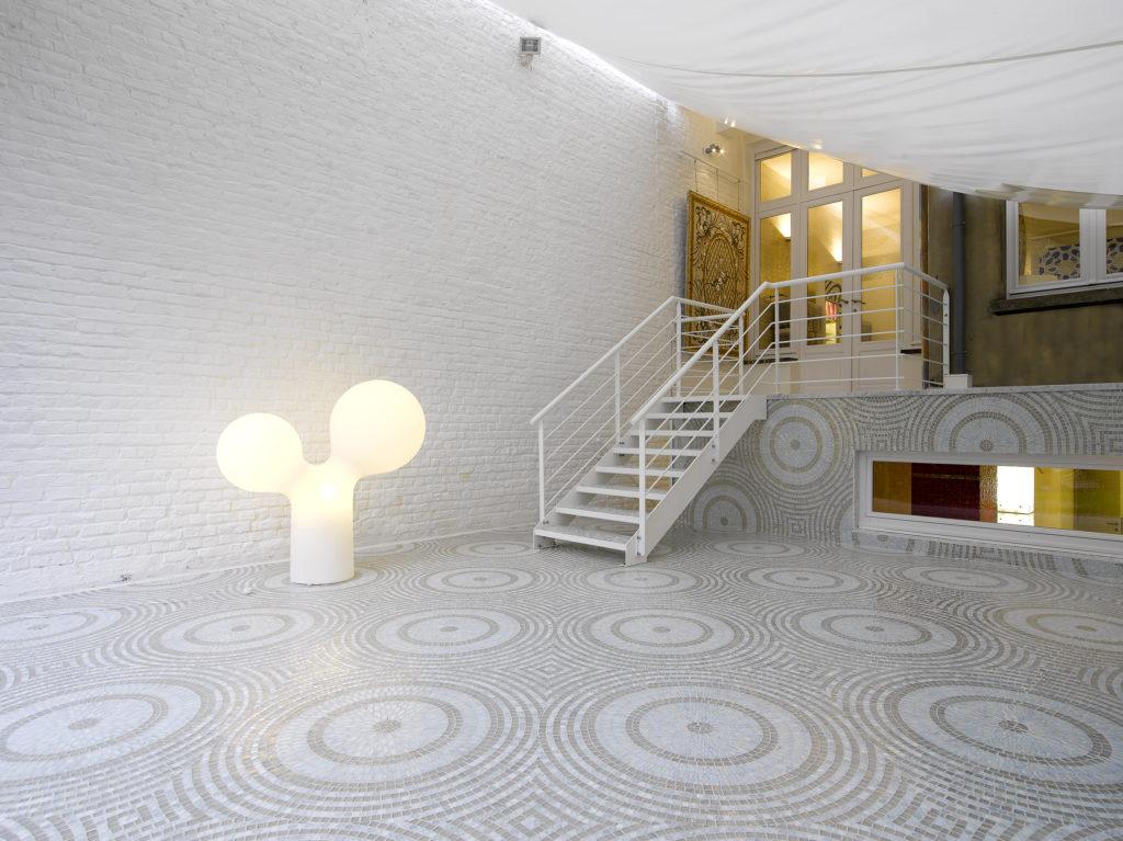 grand salon moderne avec mosaique motifs cercles
