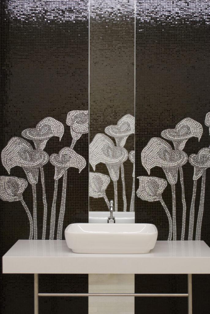 salle de bain en mosaique de verre avec motif fleurs