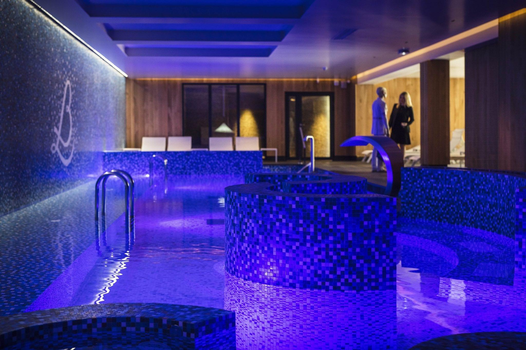 piscine interieure avec belle mosaique