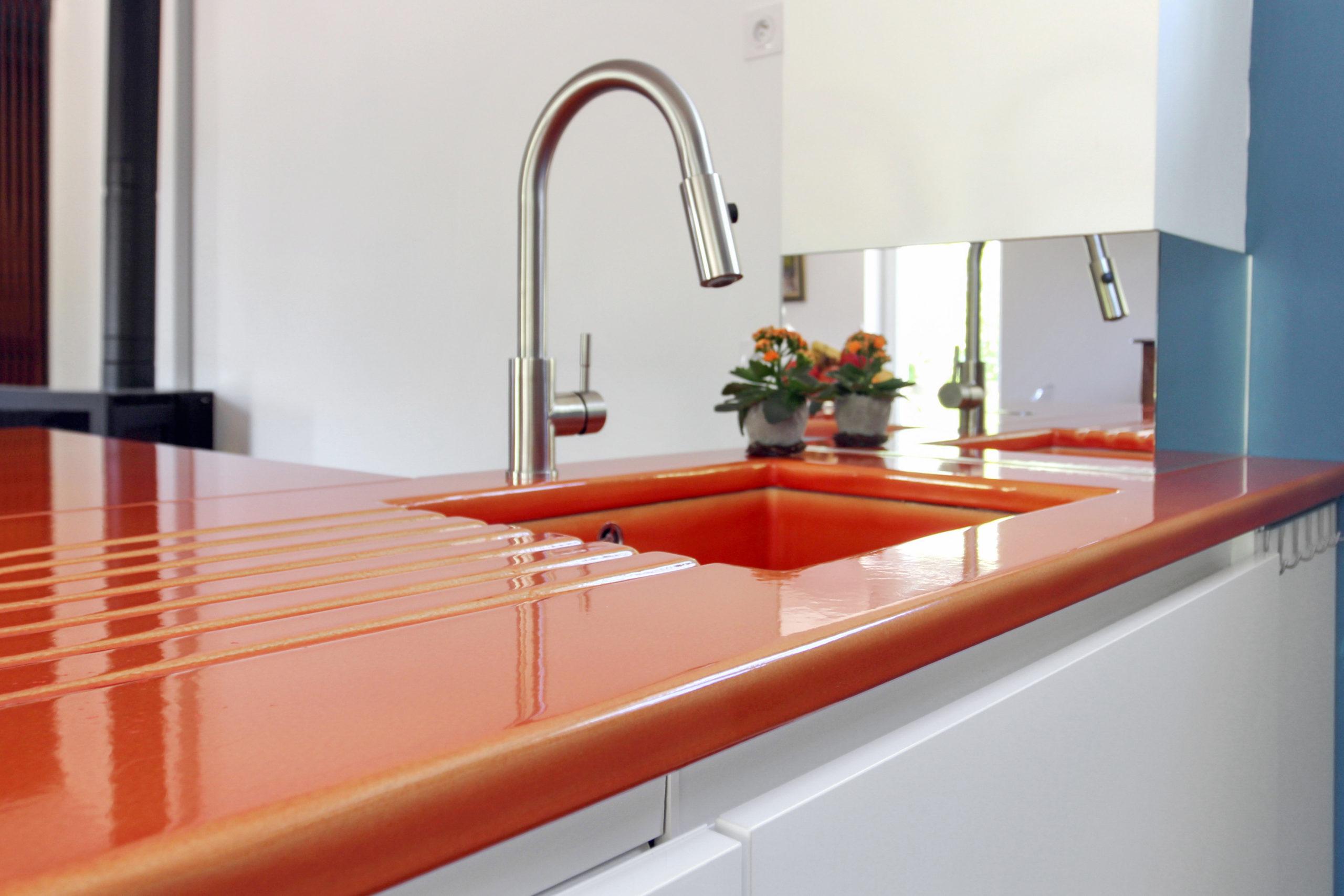 cuisine avec plan de travail en lave emaillee rouge