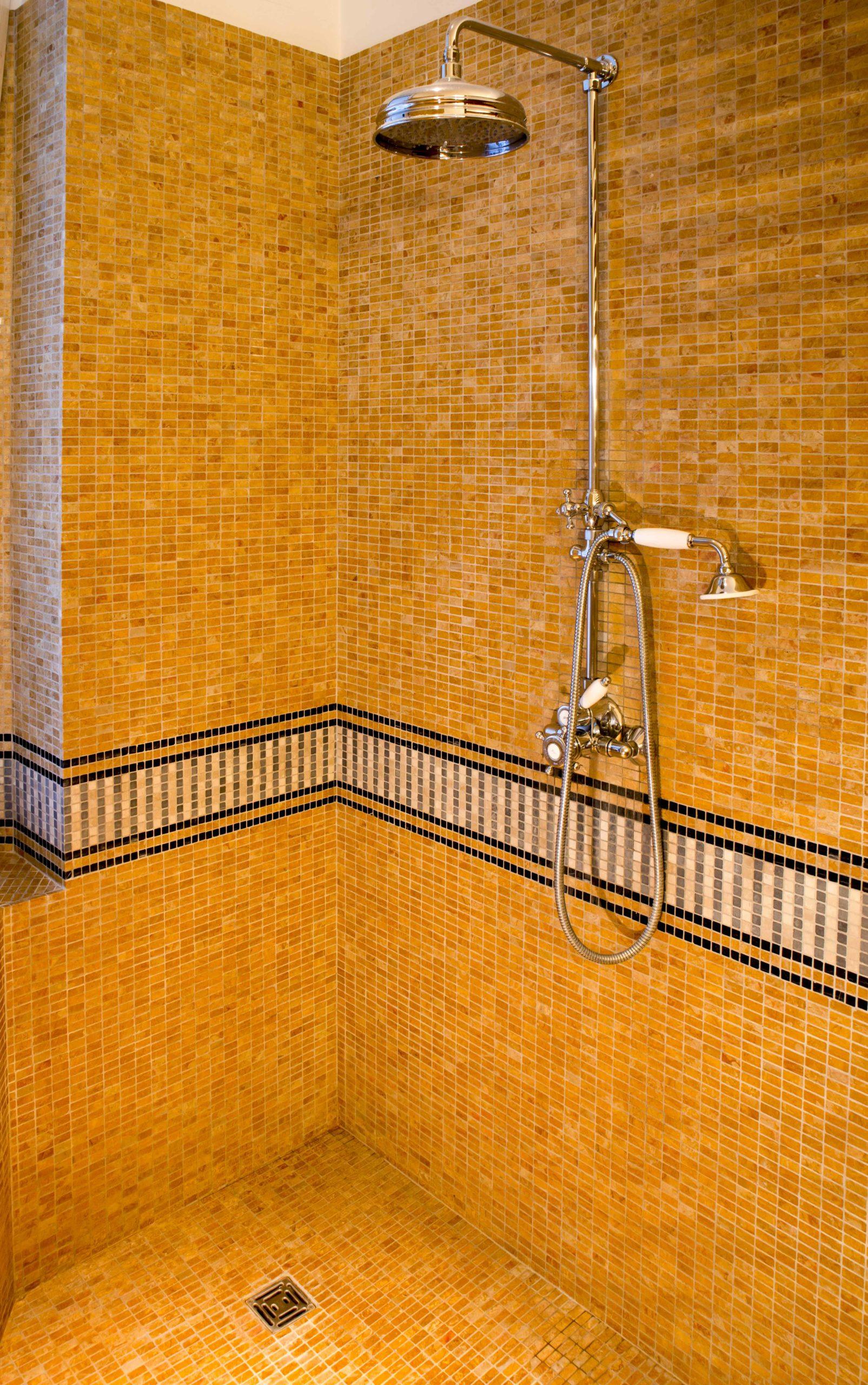 salle de bain renovee en mosaique de marbre