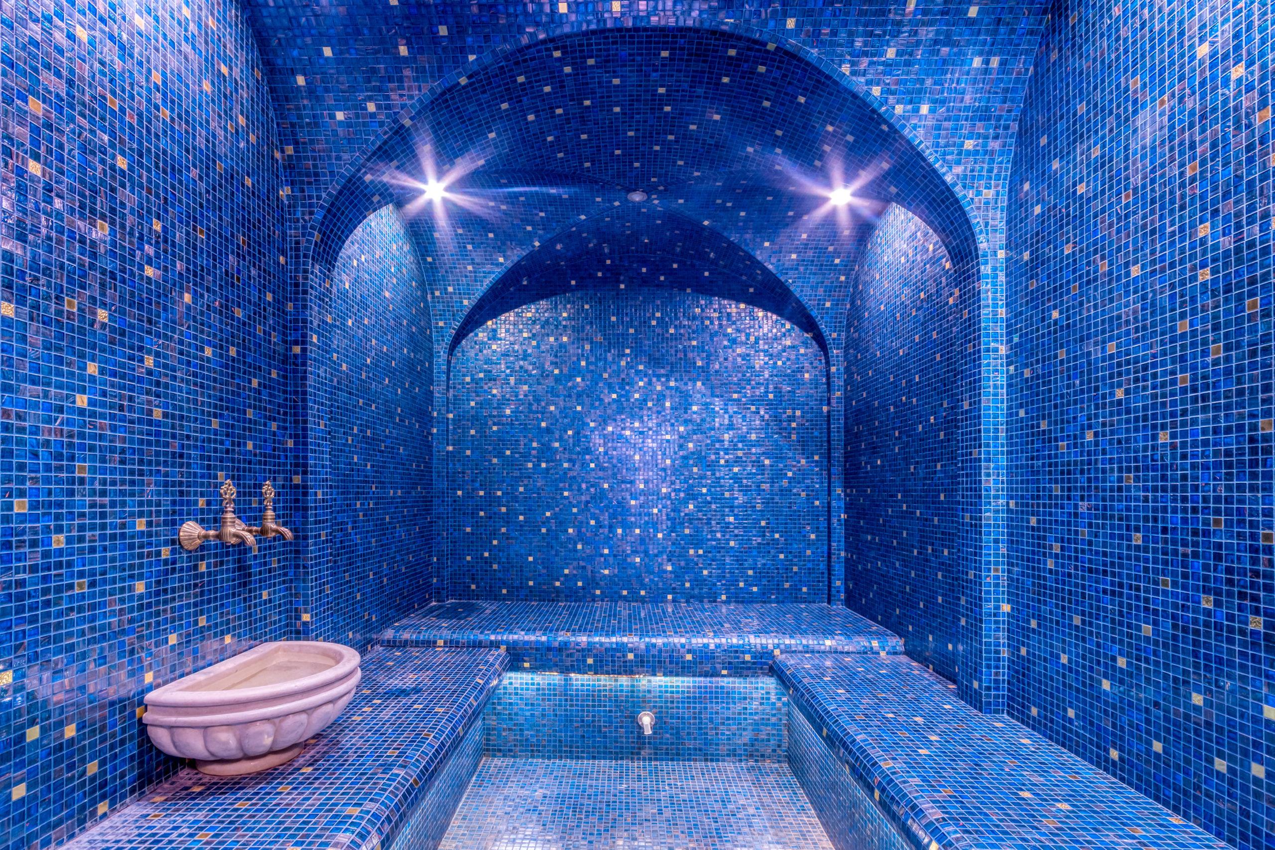 hammam orientale avec mosaique bleu