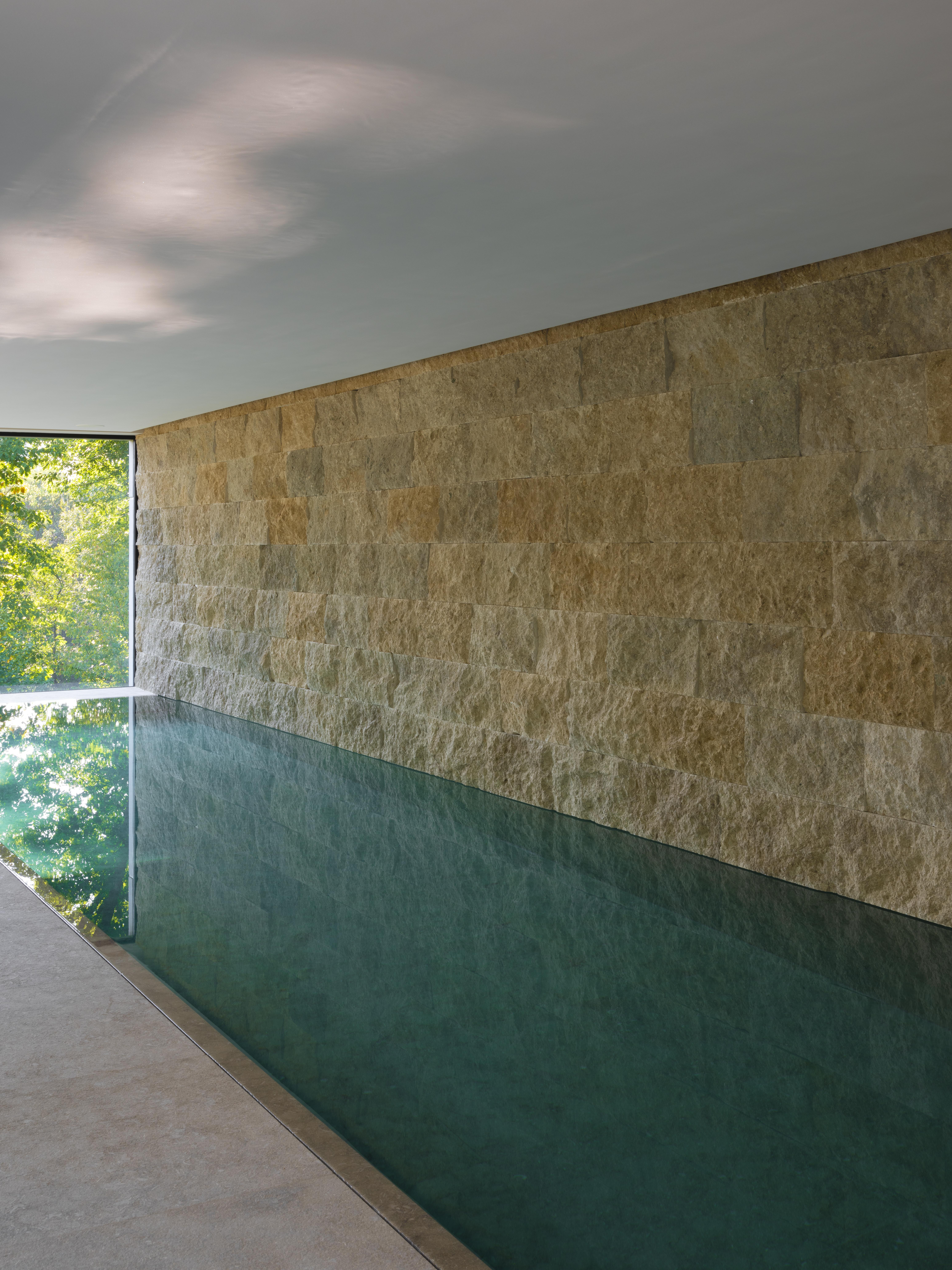 piscine interieur en pierre italienne
