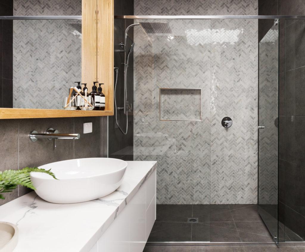 salle de bain blanc de carrare mosaique et pierre naturelle
