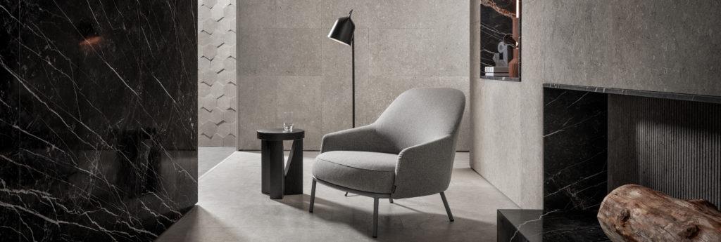 chaise dans un salon en marbre