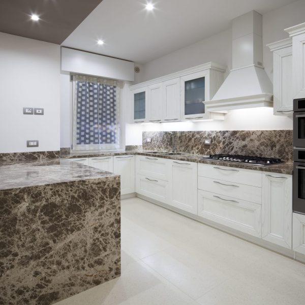 cuisine avec plan de travail en marbre