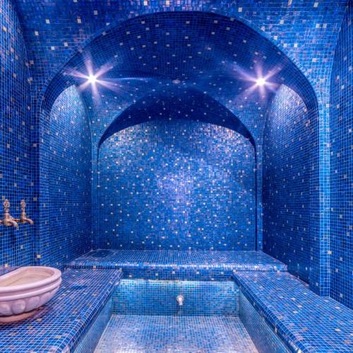 hammam oriental avec mosaique bleue