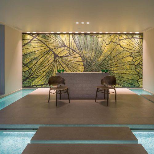 bassin realise dans un doux melange de mosaiques de verre blanc et turquoise