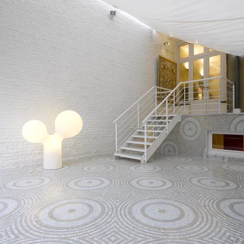grande terrasse moderne avec mosaique motifs cercles